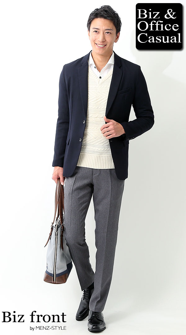 ビジネスカジュアルコーディネート画像 ネイビージャケット×トケーブル編みニットセーター×ホワイトシャツ biz16-17aw_2341