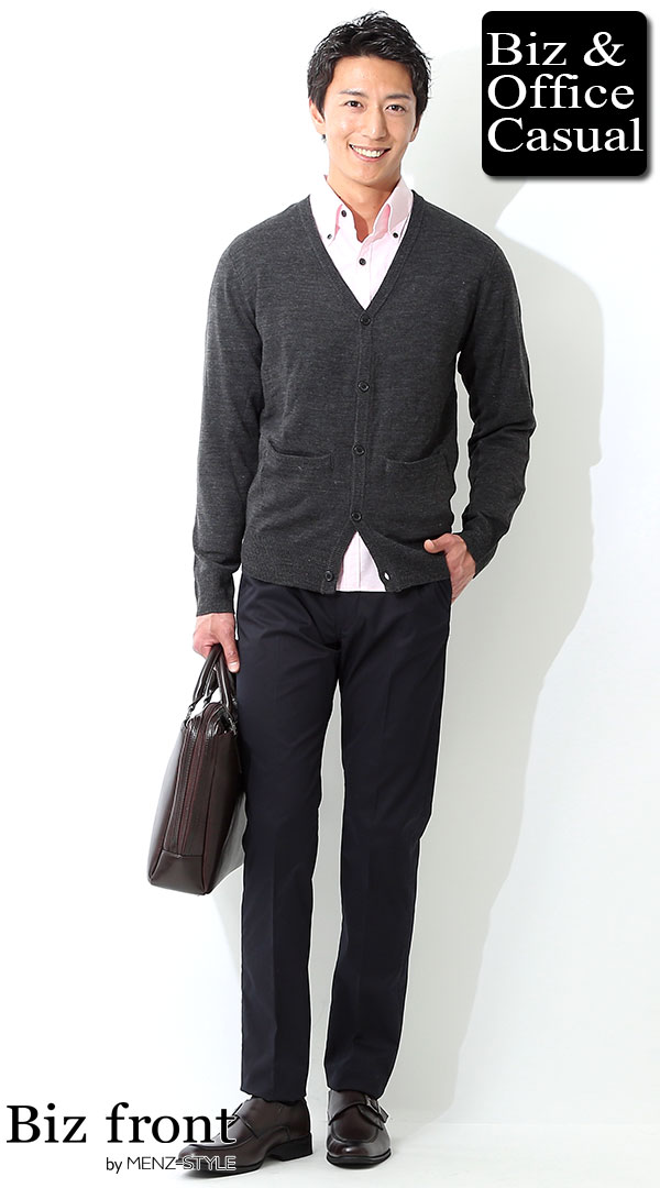 ビジネスカジュアルコーディネート画像 パステルピンクシャツ×ネイビースラックス biz17ss_0657